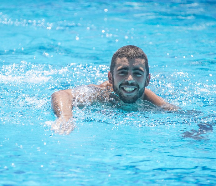 Pedro Scooby posa sorridente na piscina  (Foto: Maurício Fidalgo/TV Globo)