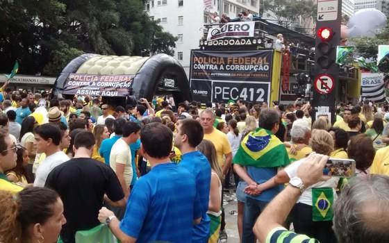 Manifestantes em São Paulo a favor da autonomia da Polícia Federal (Foto: Marcos Coronato/ÉPOCA)