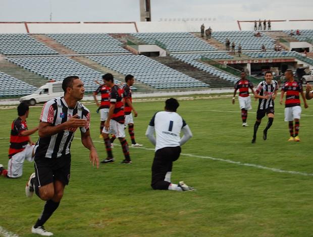 Botafogo-PB venceu por 4 a 3 o clássico contra o Campinense, neste domingo, no Almeidão (Foto: João Neto)