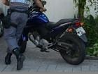 Adolescentes são atropeladas e motociclista foge, em Vitória