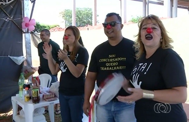 Grupo usa nariz de palhaço e instrumentos musicais para atrair a atenção, em Valparaíso de Goiás (Foto: Reprodução/TV Anhanguera)
