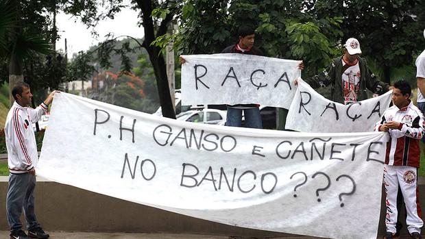 torcida do São Paulo protesto antes do jogo (Foto: Nelson Antoine / Ag. Estado)