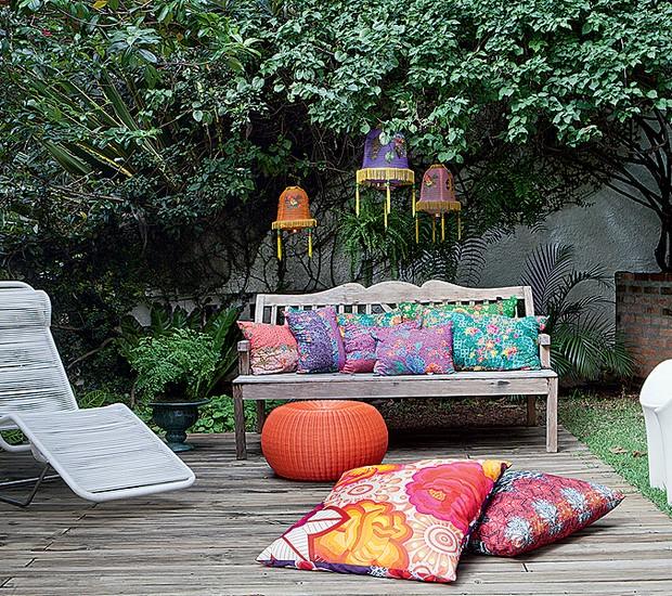 Presas em galhos, lanternas chinesas de náilon compradas em viagem decoram o jardim da estilista Adriana Barra. O tecido das almofadas também tem origem exótica: a Tailândia (Foto: Lufe Gomes/Casa e Jardim)