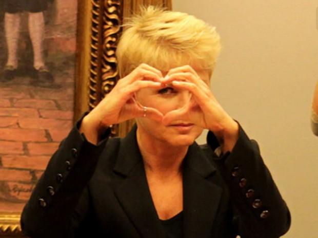 A apresentadora Xuxa faz sinal de coração no momento em que o deputado Pastor Eurico criticou a presença dela na Comissão de Constituição e Justiça da Câmara (Foto: Ailton de Freitas / O Globo)