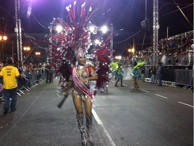 A Rainha do carnaval de Curitiba abriu todos os desfiles da noite (Foto: Fernando Castro/G1)