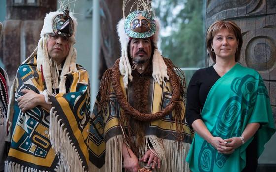 Daniel Cranmer e Andy Everson (esq. e centro), líderes das Primeiras Nações do Canadá, e a premiê da Columbia Britânia canadense Christy Clark, em cerimônia em Vancouver, Canadá. Eles firmaram um acordo para proteger a floresta dos ursos (Foto: Darryl Dyck/The Canadian Press via AP)