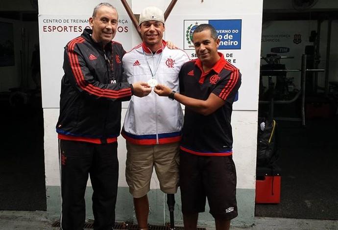 Caio, com a camisa do Flamengo, e a medalha de ouro no peito (Foto: Reprodução/Facebook)