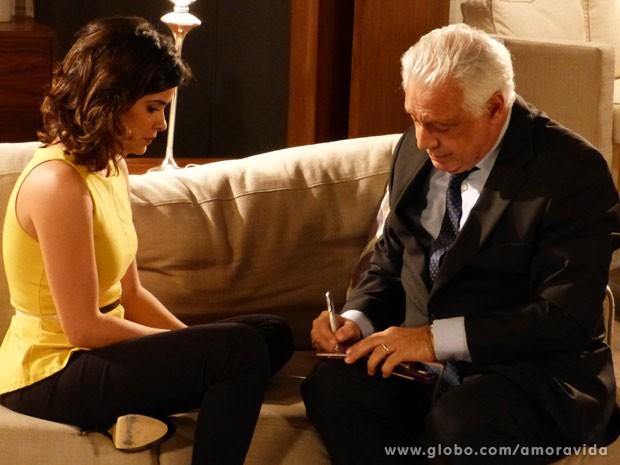 César faz um cheque para a amante (Foto: Amor à Vida/ TV Globo)