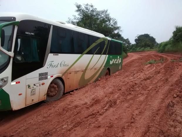 Uma patrola precisou ser acionada para ajudar na retirada do ônibus (Foto: Internauta/VC no G1)