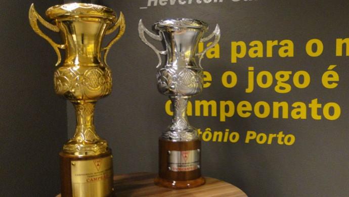 Troféus para campeão e vice do Campeonato Mineiro 2014 (Foto: Maurício Paulucci)