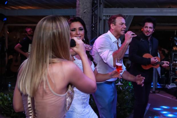 Thaeme e Thiago cantam em casamento (Foto: Denilson Santos e Raphael Castello/AgNews)