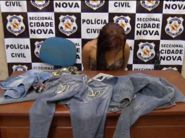 Mulher foi presa após polícia identificá-la nas redes sociais. No perfil virtual, jovem publicava fotos vestindo roupas roubadas, (Foto: Reprodução/ TV Liberal)