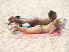 Mulher Maçã faz topless na praia ao lado de amiga