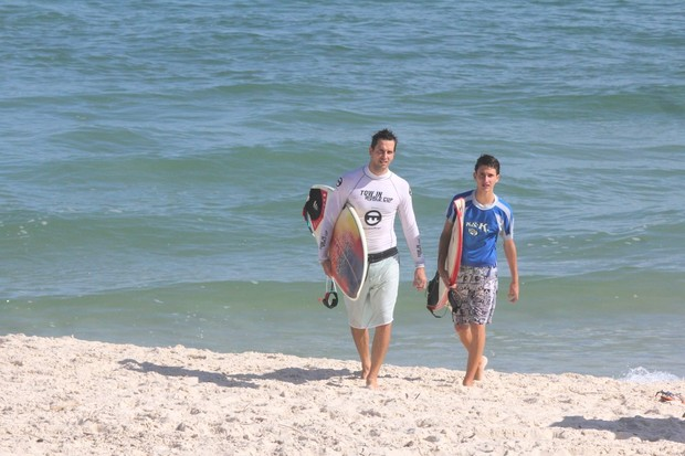 Vladimir Brichta com filho de Adriana Esteves na Praia da Barra da Tijuca, RJ (Foto: Dilson Silva  / Agnews)