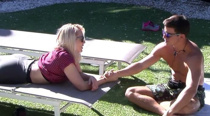 Daniela lê a mão de Manoel (Foto: Tele Cinco)