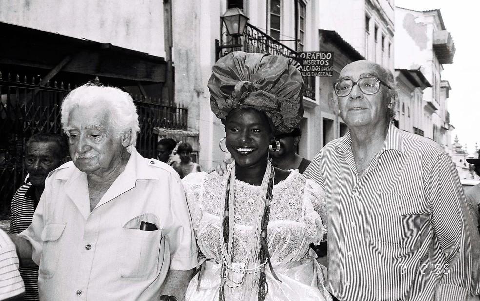 Ao lado do escritor português José Saramago, Jorge Amado tira foto com baiana no Pelourinho, em 1996 (Foto: Acervo Zélia Gattai/Fundação Jorge Amado)