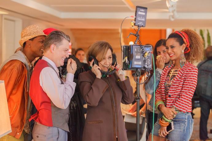 Fernanda assiste cena que acabou de gravar (Foto: Globo/Artur Meninea)