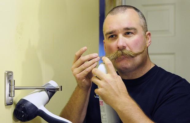 Andy Longtine  'capricha' no laquê ao modelar bigode nos EUA (Foto: Casey Lake, The Stevens Point Journal/AP)