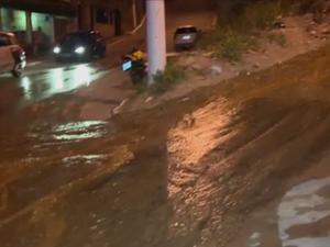 Vazamento de água limpa preocupa moradores (Foto: Reprodução/ TV Gazeta)