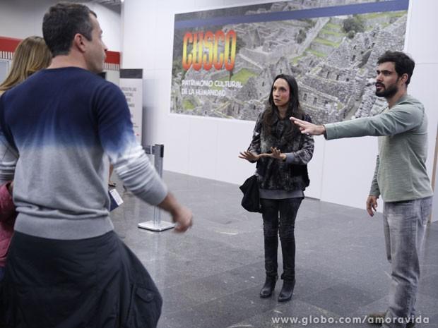 Ninho pede apenas um abraço de Paulinha (Foto: Amor à Vida/ TV Globo)