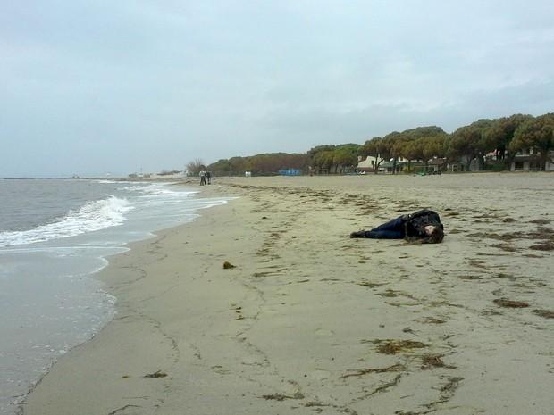 Corpo de migrante apareceu nesta terça-feira (5) na costa da cidade de Ayvalik, na Turquia, após naufrágio no Mar Egeu (Foto: Cihan News Agency/ Reuters)