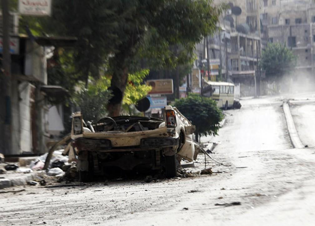 Carro atingido por bombardeio em Aleppo, segunda principal cidade síria, nesta segunda-feira (1º) (Foto: AP )