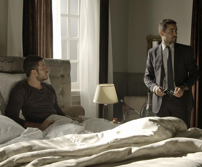 Romero chega na hora em que Faustini ia revelar suas suspeitas (Foto: TV Globo)