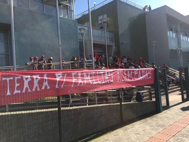 MST colocou faixas com reivindicações no prédio da Receita Federal em Florianópolis (Foto: Rafael Faraco/RBS TV)