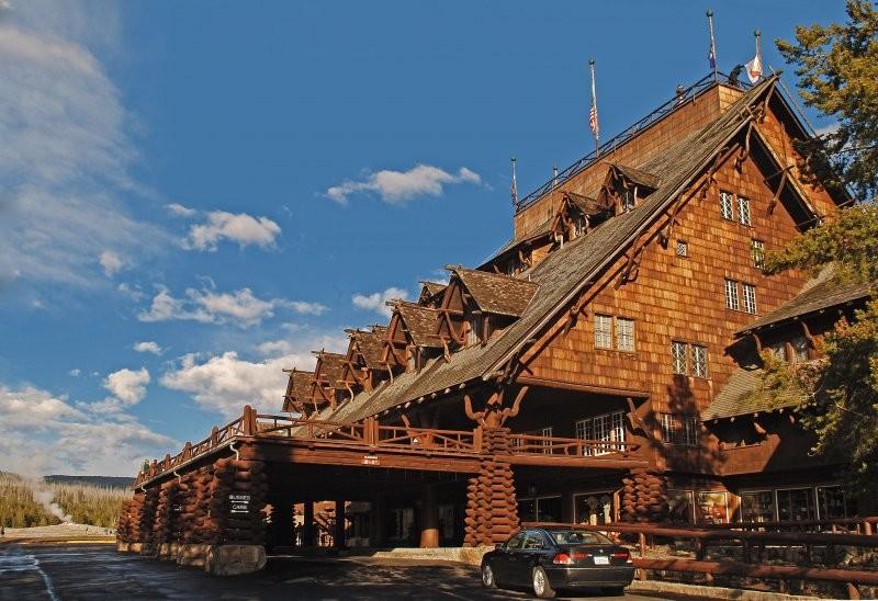 O Old Faithful Inn fica localizado  no parque nacional mais antigo do mundo, o Parque Nacional de Yellowstone, em Wyoming. O hotel ganhou notoriedade por integrar sua estrutura à paisagem em vez de copiar a arquitetura europeia, que era a mais popular na  (Foto: Divulgação)