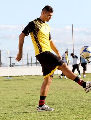 Zagueiro Celso não vai mais permanecer no Campinense em 2013 (Foto: Leonardo Silva / Jornal da Paraíba)