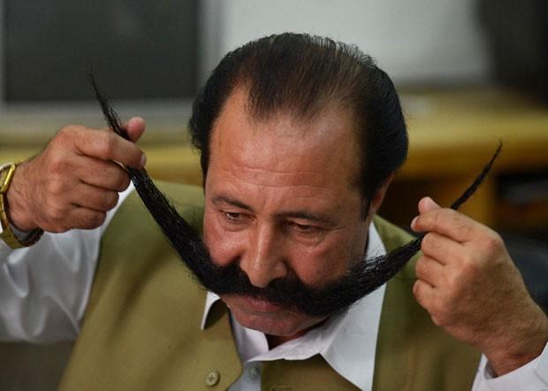 Por causa do bigode, Malik Afridi foi sequestrado e ameaçado de morte (Foto: A. Majeed/AFP)
