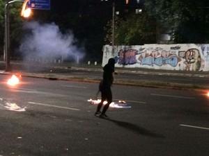 Grupo chocou bombas caseiras na direção de policiais (Foto: Fabio Almeida/RBS TV)