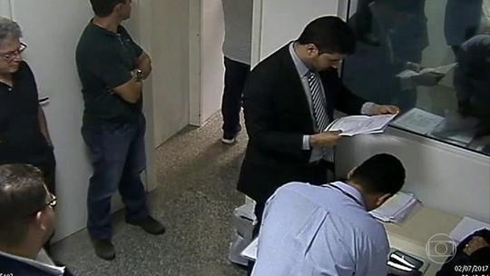 Vídeo mostra momento em que PF acha papéis sigilosos da Justiça com empresário preso