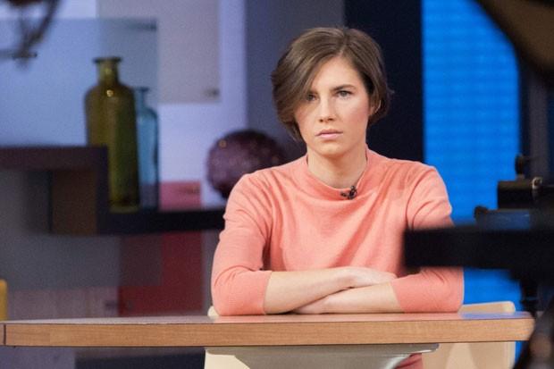 "Amanda Knox aguarda início de entrevista para o programa ""Good Morning America"", da rede de TV ""ABC"", nesta sexta-feira (31) (Foto: Andrew Kelly/Reuters)"