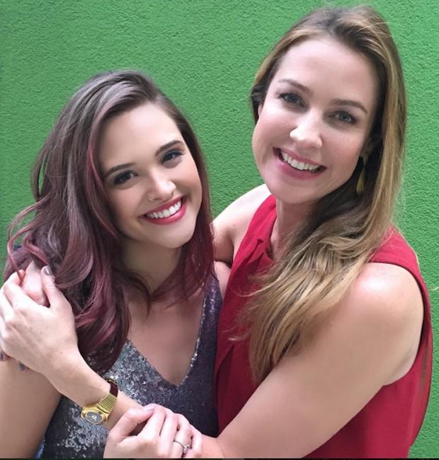 Juliana Paiva e Luana Piovani nos bastidores das filmagens de 'O Homem Perfeito' (Foto: Reprodução/Instagram)