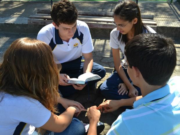 Álvaro, Lara, Daniel e Bárbara contaram que precisam chegar no local de prova às 12h, mas o início do exame de sábado é só depois do pôr do sol (Foto: Juliana Borges/ G1 ES)