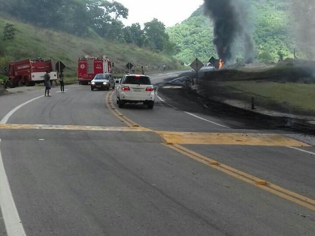 Com a batida, carreta explodiu e carga foi derramada na pista (Foto: Divulgação /PRF)