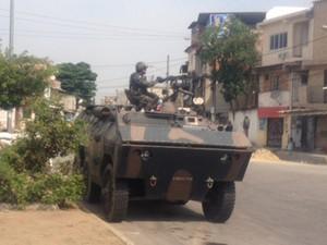 Homens do Exército ocupam as entradas de comunidades do conjunto de favelas da Maré. Em um dos acessos à Vila do João os militares revistam motoristas neste domingo. (Foto: Janaína Carvalho/ G1)
