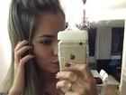 Grávida, ex-BBB Adriana exibe capinha em formato de mamadeira