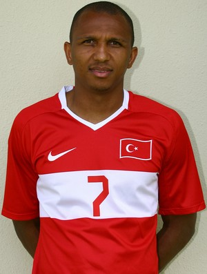 Mehmet Aurelio com a camisa da seleção da Turquia (Foto: Divulgação)