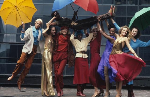 O estilista Stephen Burrows carregado por oito modelos que vestem suas criações, em 1977 (Foto: Getty Images)