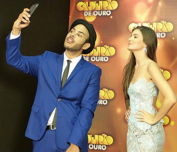 Hugo Gloss faz selfie com Camila Queiroz (Foto: Gshow)