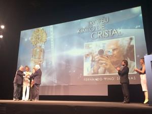 Solanas recebe o kikito de cristal no Festival de Cinema de Gramado RS (Foto: Rafaella Fraga/G1)
