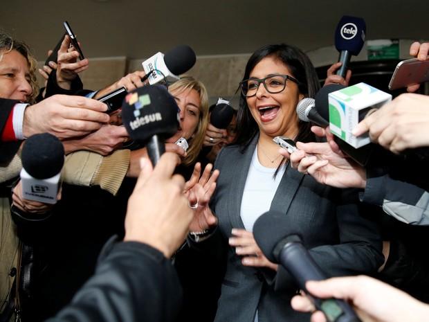 Delcy Rodríguez fala com jornalistas diante do Ministério das Relações Exteriores uruguaio, em Montevidéu (Foto: Andres Stapff/Reuters)