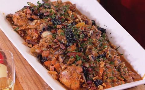 Peru assado com mini cebola, cogumelos, bacon e purê de batata doce