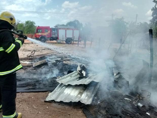 Casa de madeira ficou destruída após incêndio no norte do Tocantins  (Foto: Corpo de Bombeiros/Divulgação)