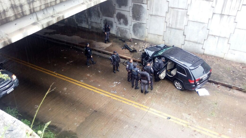 Carro caiu dentro de túnel na Zona Sul de Natal (Foto: Lamonier Araújo)