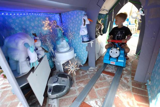 O castelo tem bonecos da animação Frozen e até um rádio para tocar a música-tema (Foto: Jeff Gritchen/OC Register)