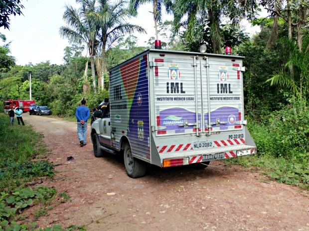 Um dos dois corpos foi encontrado em mata no ramal Tarumã-açu na área da Comunidade Cueiras, em Manaus (Foto: Adneison Severiano G1/AM)