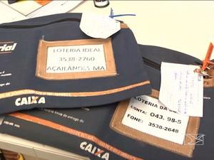 Suspeitos foram flagrados com malotes de agência bancária (Foto: Reprodução/ TV Mirante)